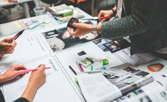 Personas trabajando en la estrategia para creación de contenidos