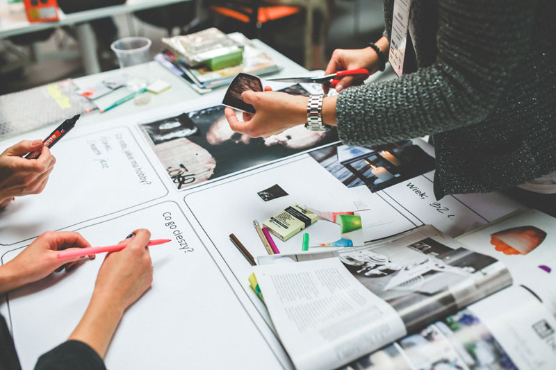 Personas trabajando en la estrategia para la creación de contenidos.