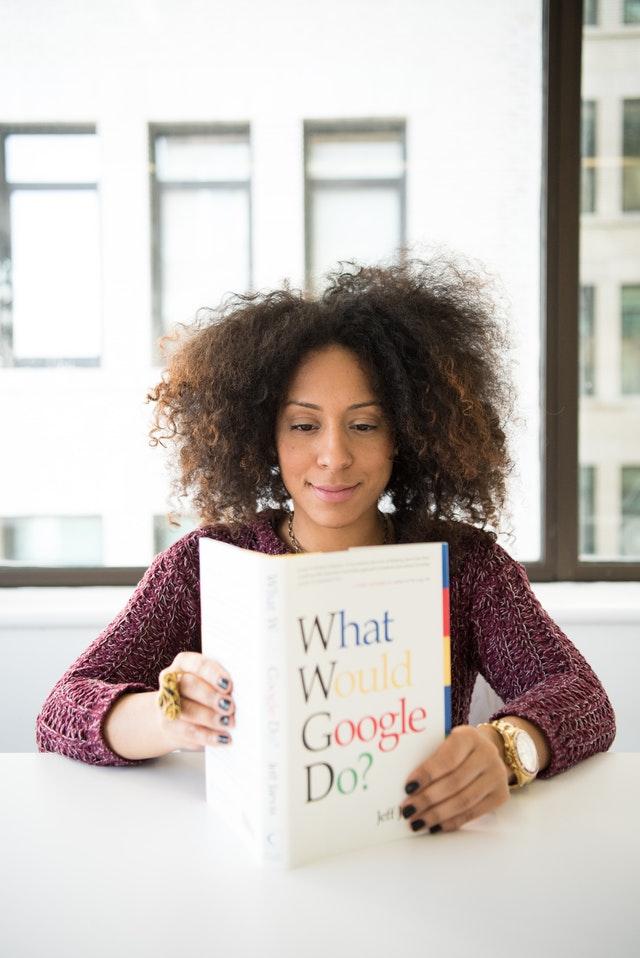 Mujer lee libro de marketing digital