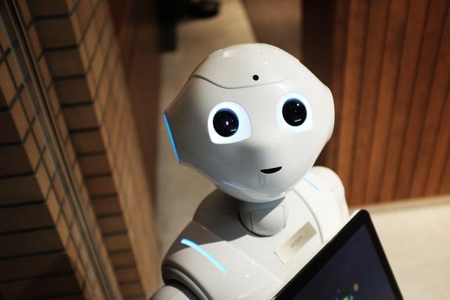 Robot blanco perteneciente a la transformación digital