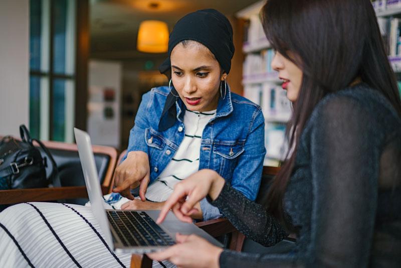 Mujeres buscando ideas para contenidos