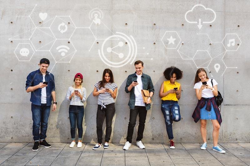 Grupo de jóvenes pertenecientes a la Generación Z, sucesores de los Millennials. La Generación Z no concibe un mundo sin tecnología.