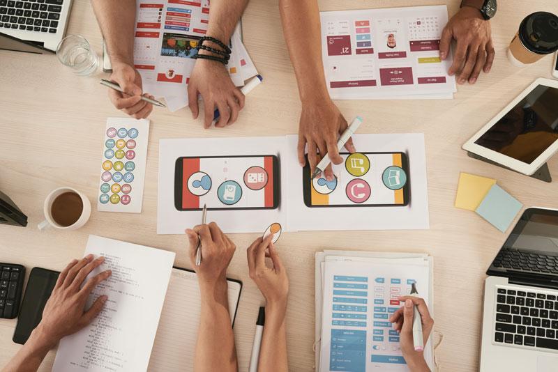 Personas trabajando en estrategias basadas en marketing ético