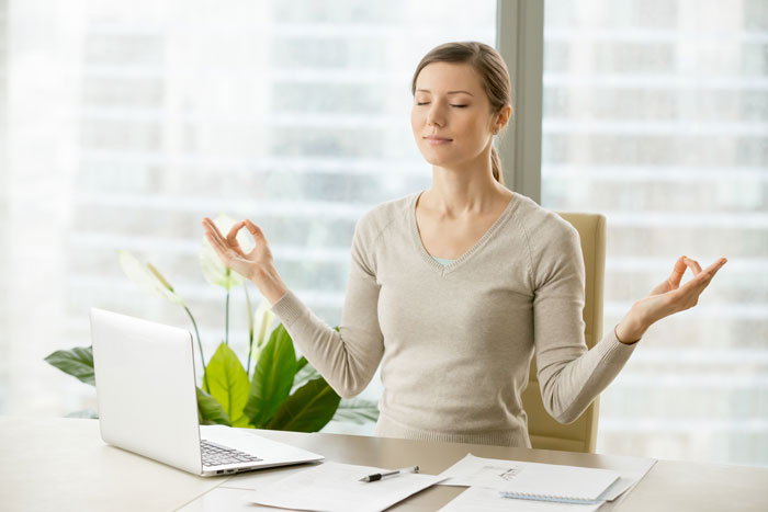 Mujer haciendo mindfulness para mindful marketing