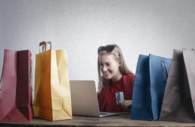 Mujer feliz utilizando Facebook Business Suite