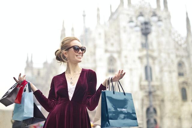 Mujer cliente finalizando el customer journey map