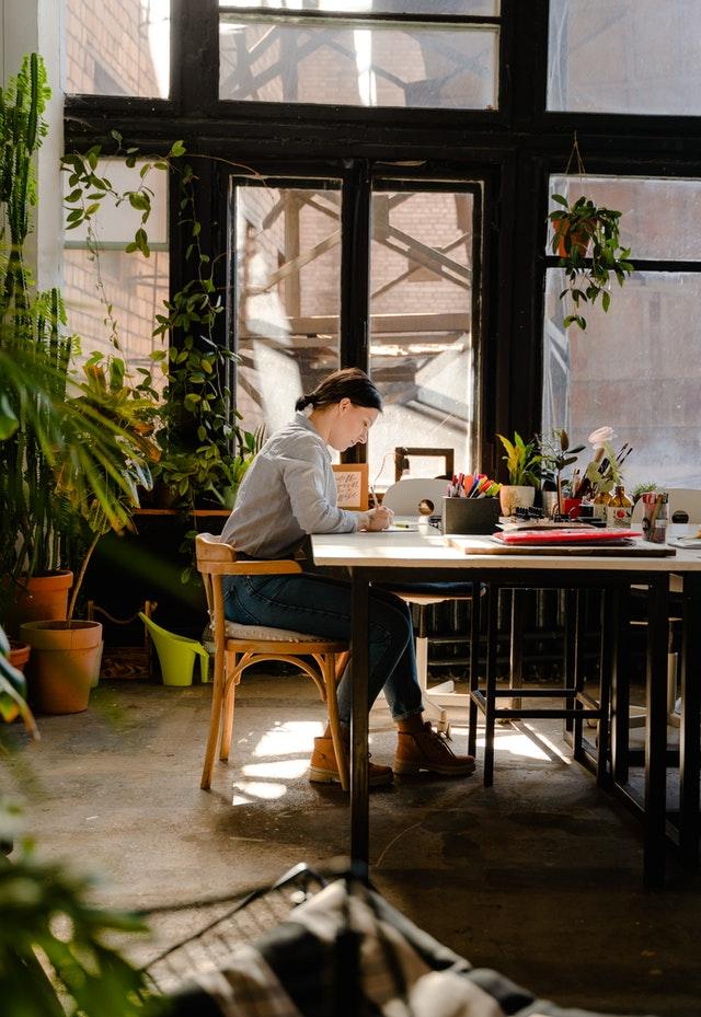 Mujer haciendo redacción de artículos