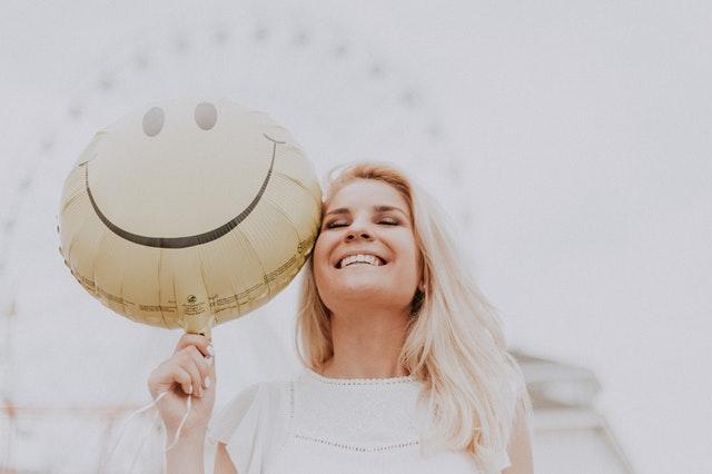 Mujer sonriente por haber creado su página de Facebook