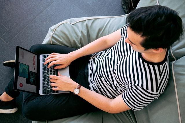 Hombre escribiendo una entrada de blog