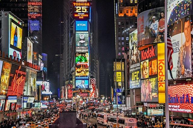 Ciudad llena de anuncios como Creative Hub