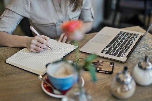 Mujer creando contenido para mantener las estadísticas de redes sociales optimizadas.