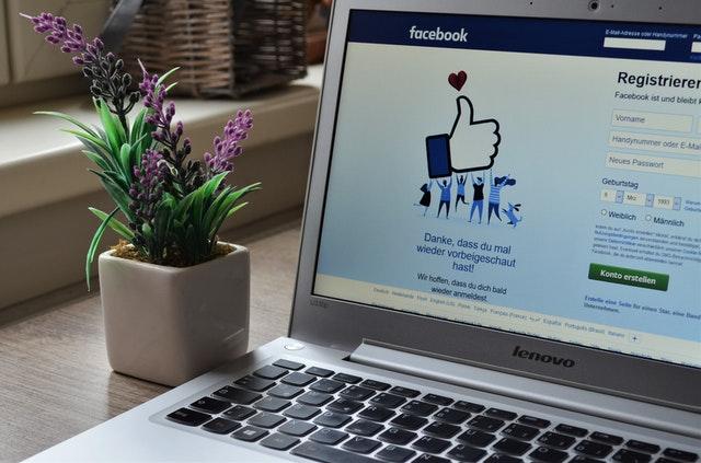 Laptop con la página de Facebook