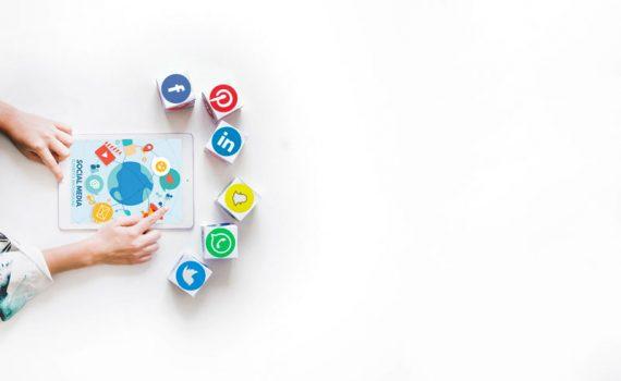 Iconos de redes sociales y tablet, elementos que forman parte de lo que hace un community manager