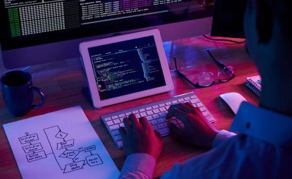 Hombre programando cookies en su computadora. Que son y para que sirven las cookies