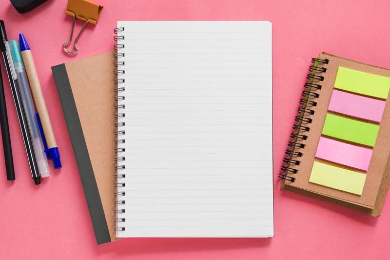 cuaderno y biromes para la redacción de contenidos